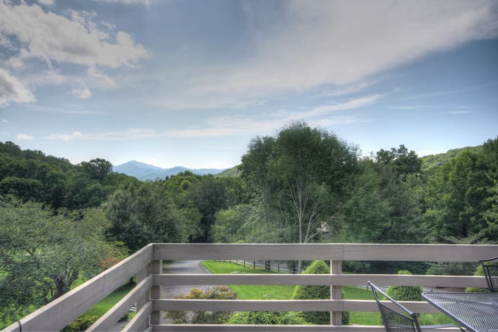 Townhome with Views, Yonahlossee Club Privileges, Close to Boone & Blowing Rock