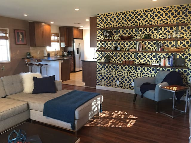 Serene private bedroom close to beach & LAX