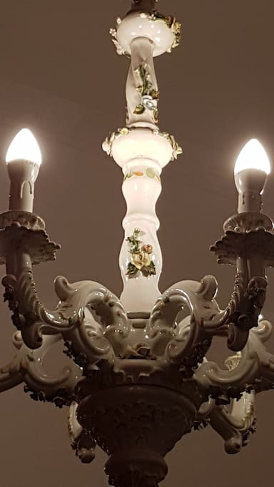 Particolare camera matrimoniale: lampadario  ceramica di Capodimonte della tradizione artigianale napoletana.