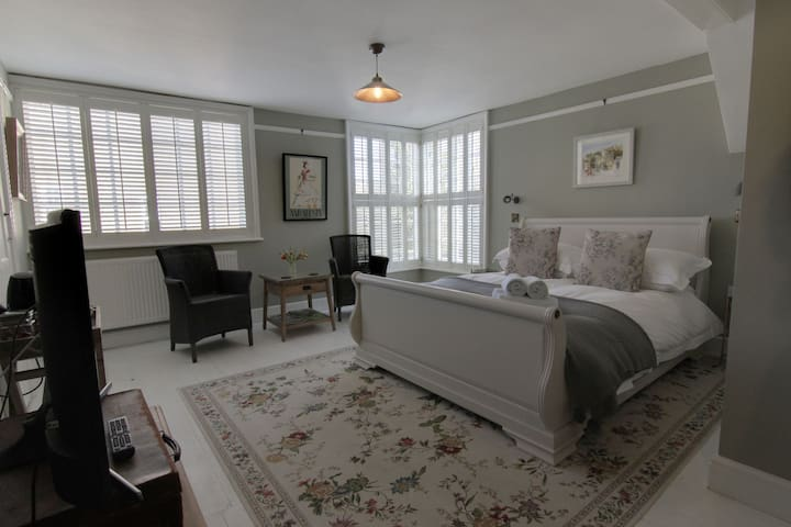 Luxury Central Rye B&B with parking