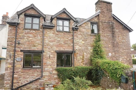 Stunning stream side stone built cottage - Glangrwyney - บ้าน