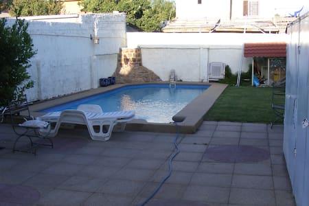 Habitación privada, estacionamiento y piscina