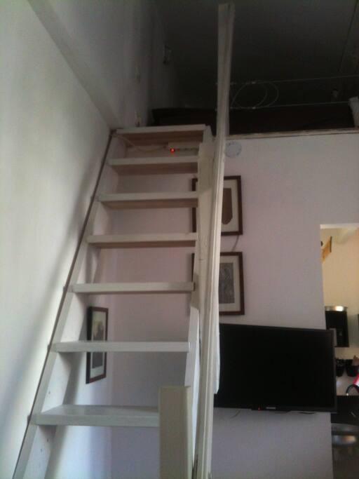 L'escalier qui monte à la mezzanine