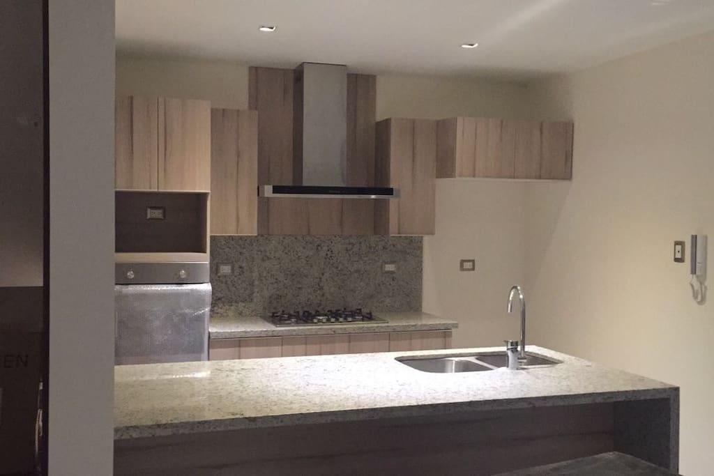 cocina equipada horno, lavavajillas, refrigerador, cuarto de lavado etc