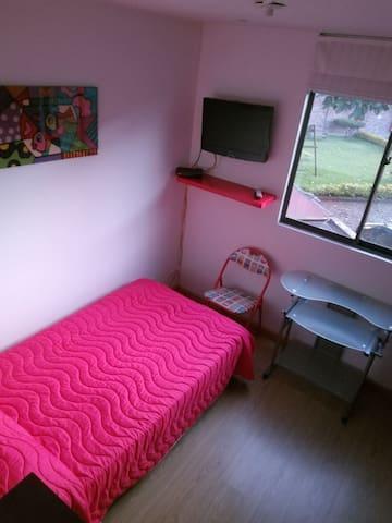 Habitación con cama sencilla amueblada para Dama