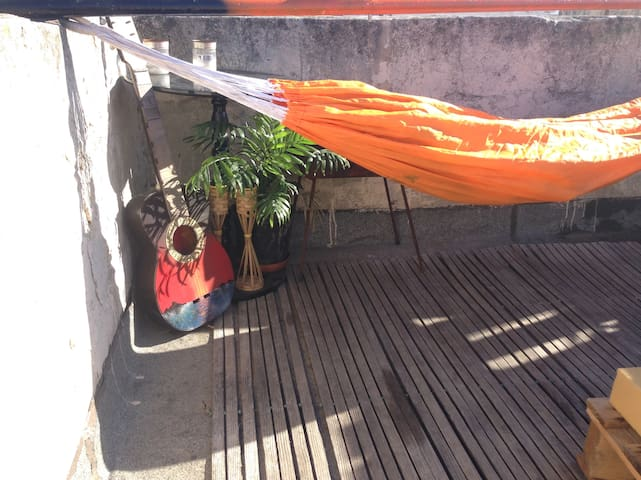 Hammock on open roof of super chilled out home - Cospicua - Maison