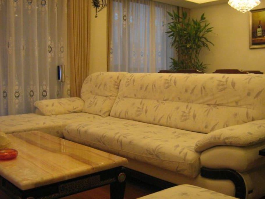 客厅沙发优雅大气,配置米黄大理石茶几,略显客厅气魄和颜值。