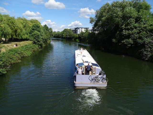 Stylish well equipped widebeam barge near Bath. - Bath