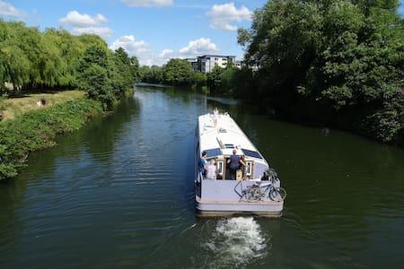 Stylish well equipped widebeam barge near Bath. - Bath