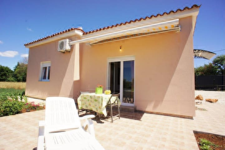 Small house for 4, parking, quiet - Medulin - Casa