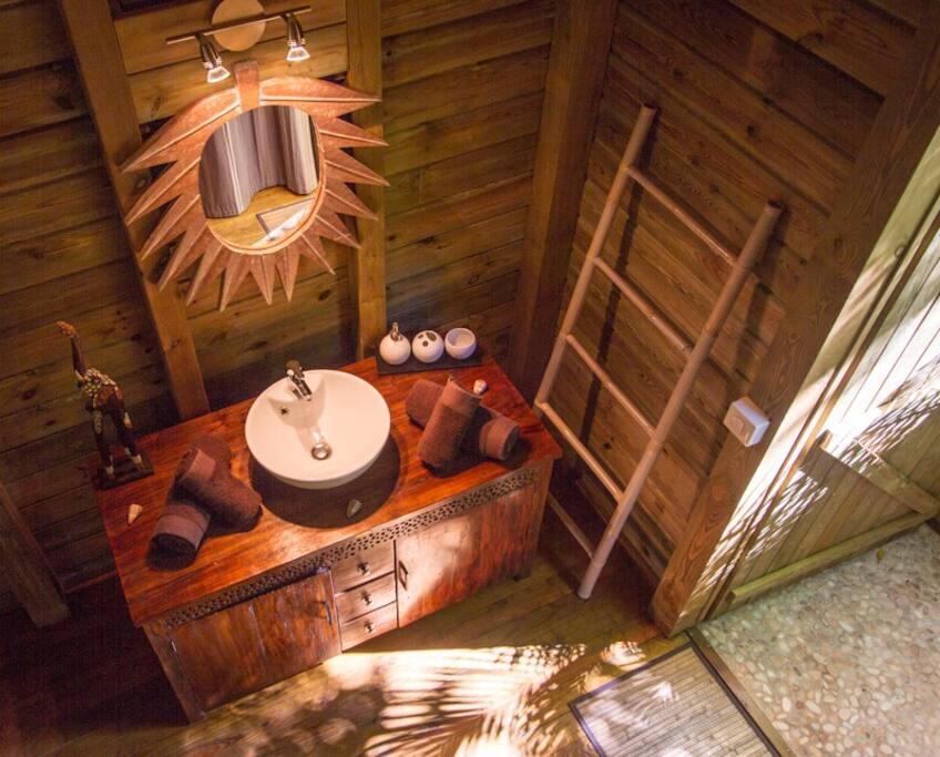 Salle d'eau communicante avec une douche extérieure