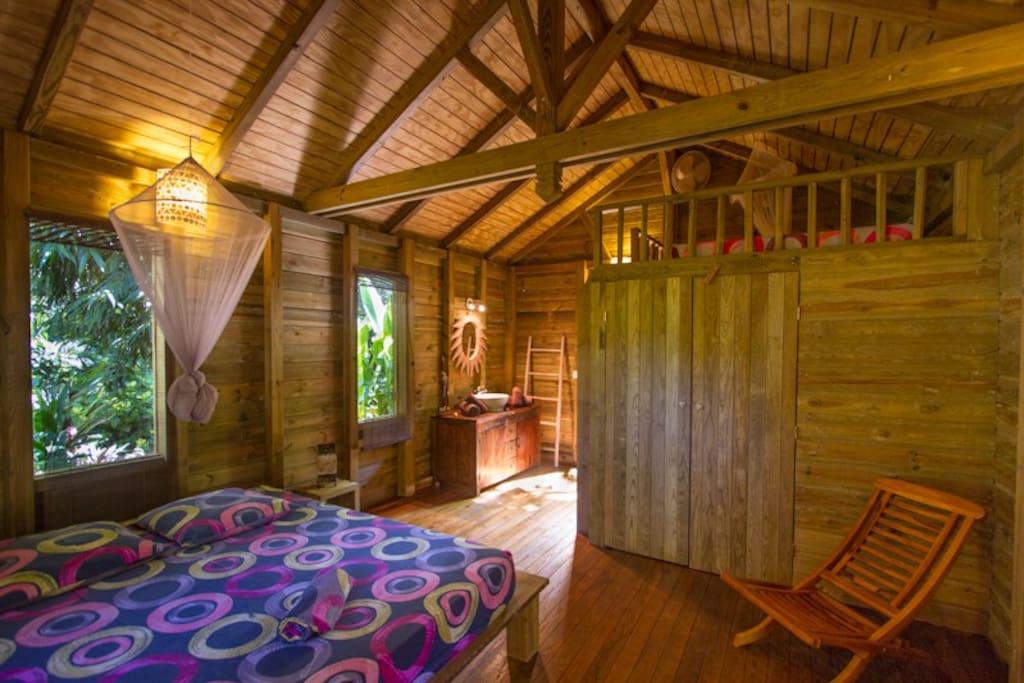 Du bois naturellement ... Et une chambre esprit suite tropicale ...