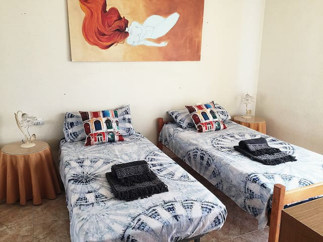 Room PRIV, 2/3 beds,Parking Free-15' Bus Cathedral