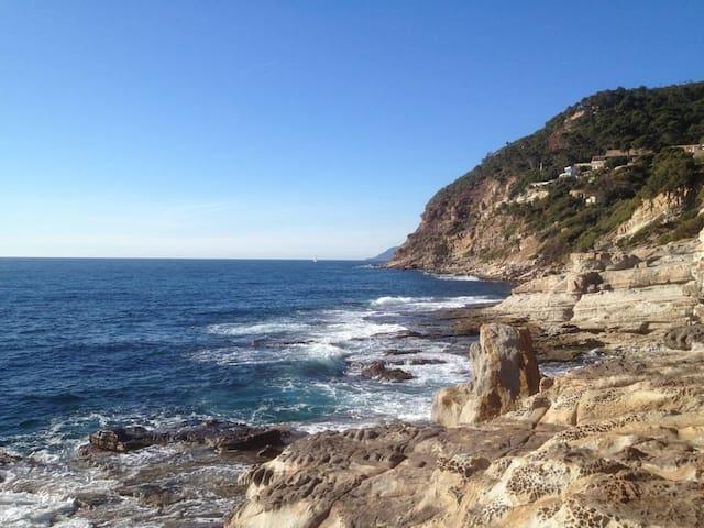 Perché sur la falaise de la Cote d'Azur + piscine