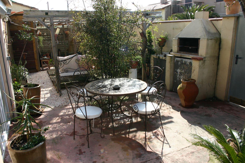 vue coin repas dans jardin + barbecul