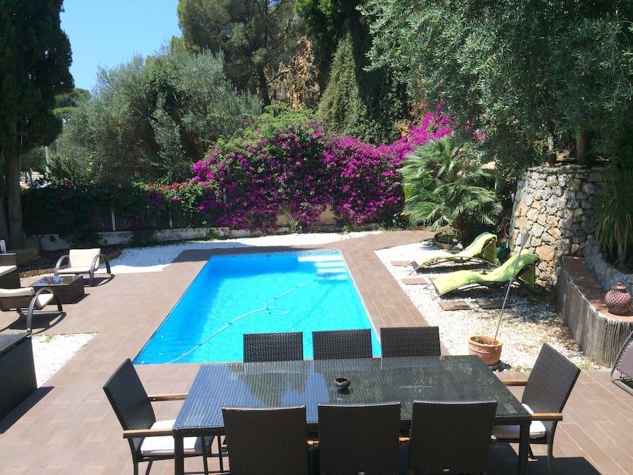 Espaciosa casa con piscina para 8 p houses for rent in for Piscina castelldefels