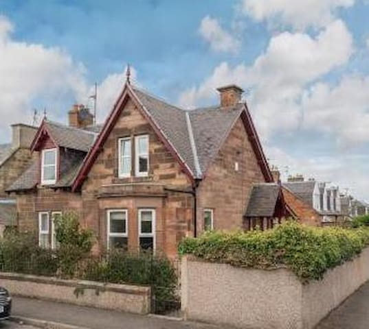 Lovely home close to Edinburgh