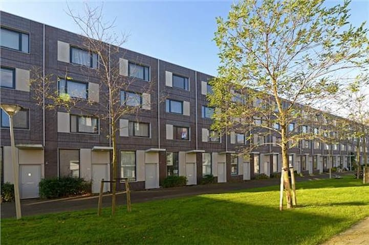 Private rooms, free parking & WIFI - Den Haag - Hus