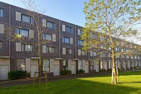 Private rooms, free parking & WIFI - Den Haag - Casa
