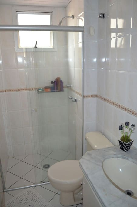 Banheiro social. Com ducha forte e aquecimento a gaz.