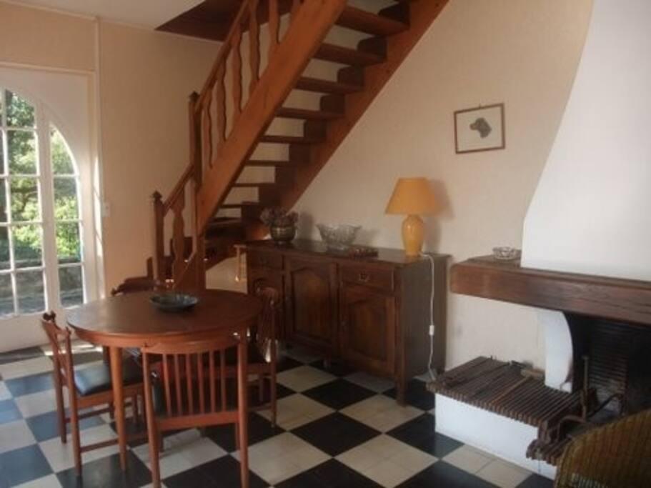 L'escalier près dela cheminée.