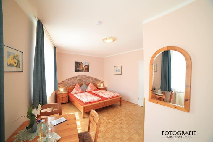 Cafe am Donautor (Kelheim), Doppelzimmer Standard mit Fernseher und WLAN - wenige Gehminuten zur Schiffsanlegestelle Donau