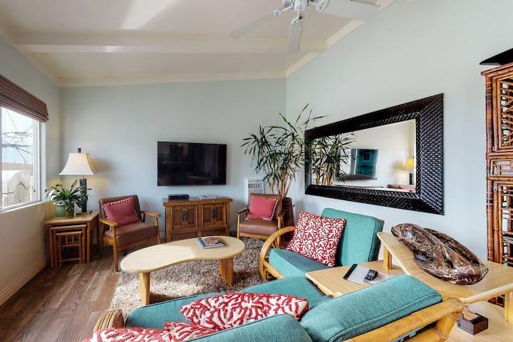 Upper level apartment w/ deck, grill & partial ocean view!
