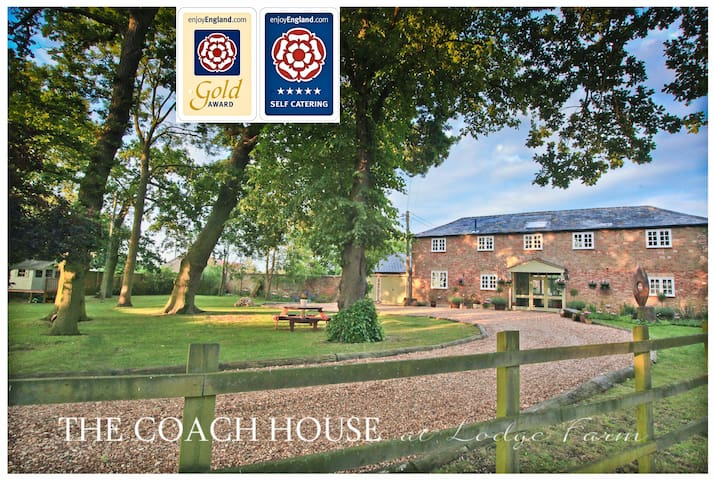 5* GOLD AWARD Georgian Coach House with Hot Tub - Hilgay