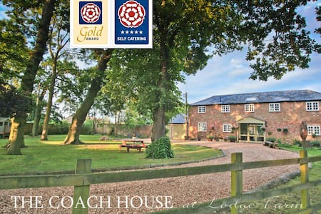5* GOLD AWARD Georgian Coach House with Hot Tub - Hilgay - Rumah