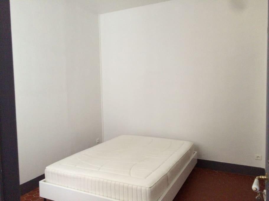 Chambre 1 sur cour avec son lit double
