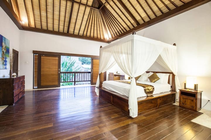 King sized bed with premium quality mattress to give you an ideal place to rest and get quality sleep that you need on your holiday.
