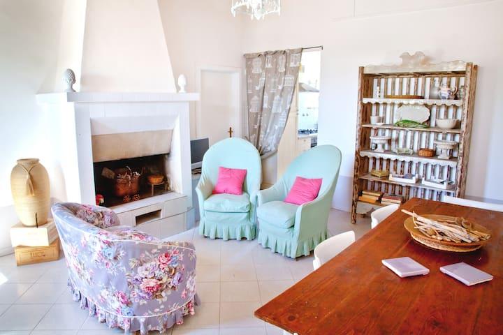 Il soggiorno con mobili in legno, divani e poltrone comode per rilassarsi