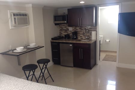 Great studio with separate entrance - North Miami Beach
