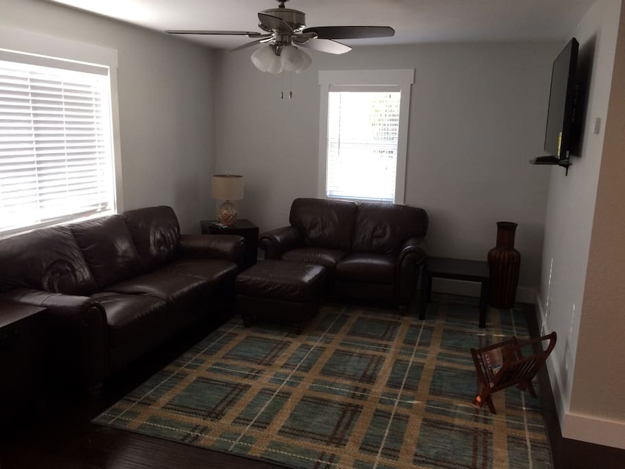 Comfortable Living Room - Leather Seating!