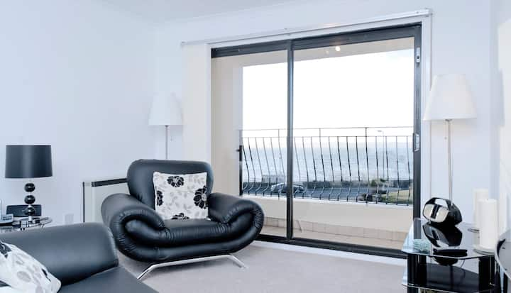 Comfortable apartment overlooking Largs bay