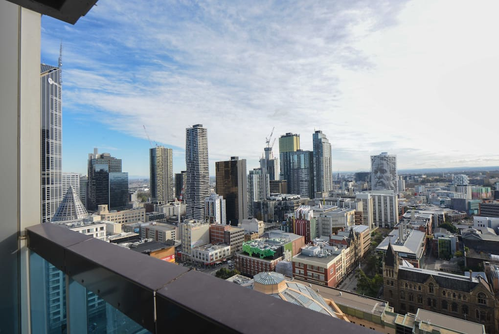 Stunning views over Melbourne, a great place to relax right in the heart of the city. Close to shops, 3 beds.