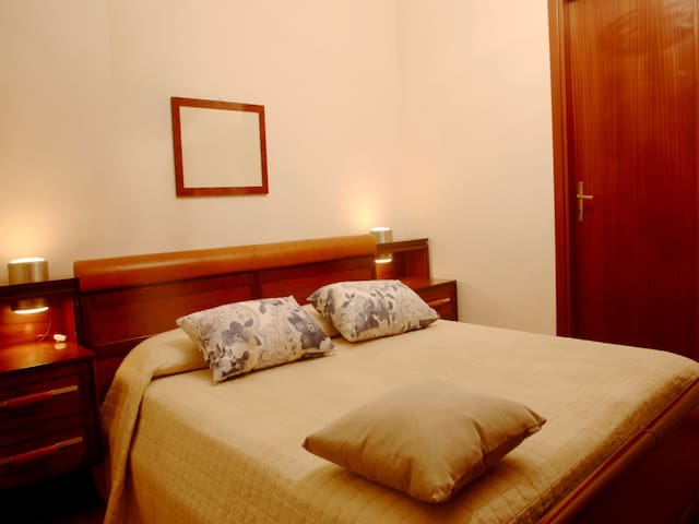 Bedroom: king size bed, interior details, large wardrobe. Camera da letto: letto matrimoniale,  dettagli interni, ampia guardaroba.
