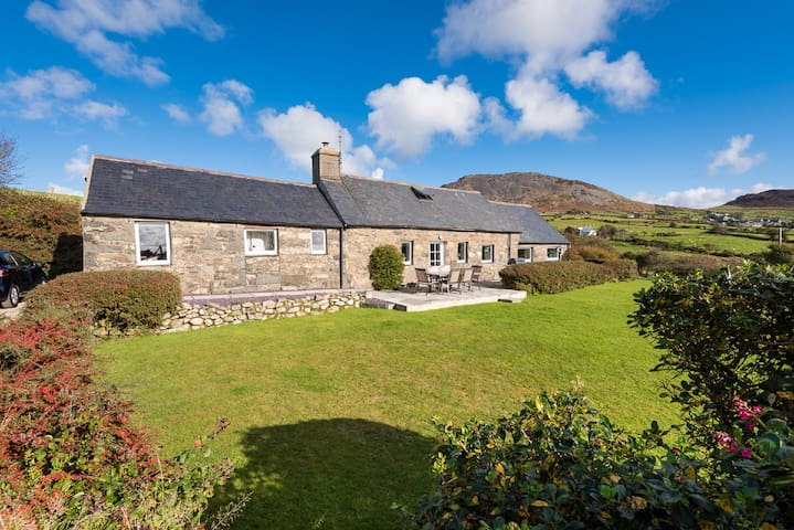 Beautiful Welsh Longhouse with outstanding views