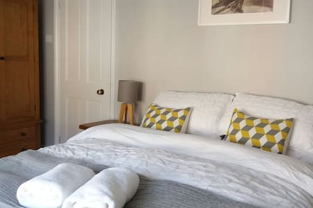 Comfortable stylish ensuite room near Bath centre - Bath - House
