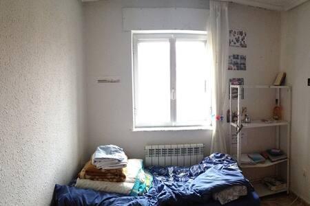 Room near bus station/Habitacion estacion autobus - Salamanca