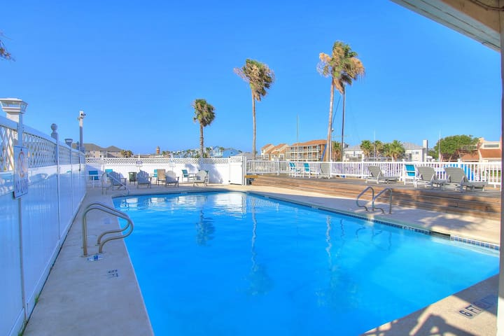 Dog-friendly studio w/shared indoor/outdoor pool-minutes from beach