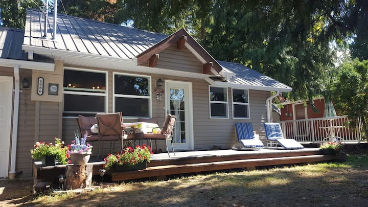 Charming Lakeside Cottage