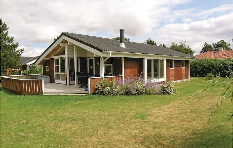 Holiday cottage with 3 bedrooms on 85 m² in Rødby