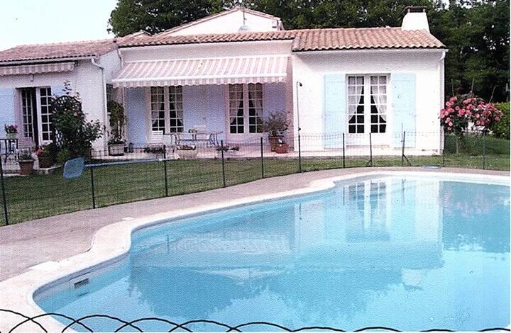 Maison avec piscine sur 2000 m2 de jardin.