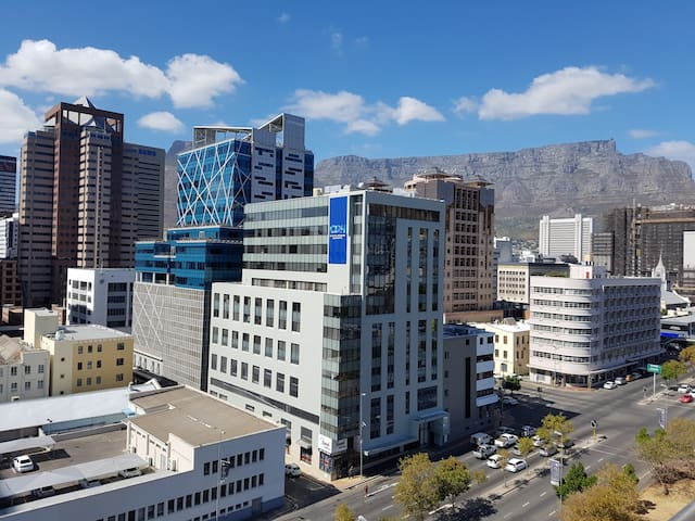 Central Apartment with City & Mountain Views - Cape Town - Apartment