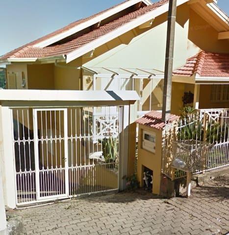 Portão  eletrônico, entrada dos hóspedes para o apartamento, local para colocar o carro.