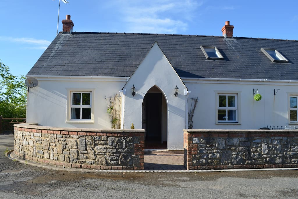 Beautifully presented 3-bedroom holiday cottage within walking distance of country pubs and shop.