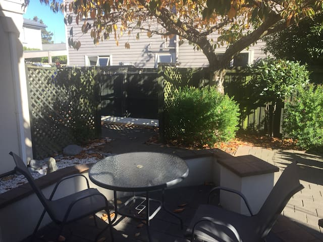 Very quiet retreat close to shopping mall and park