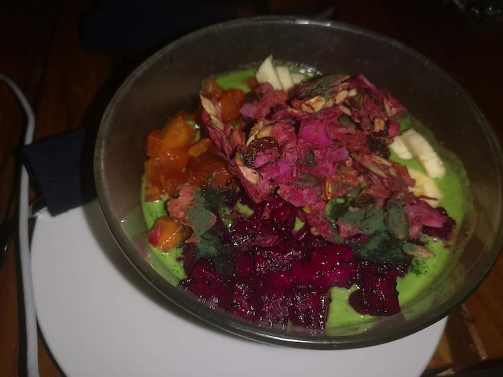 Green smoothie with dragon fruit chips