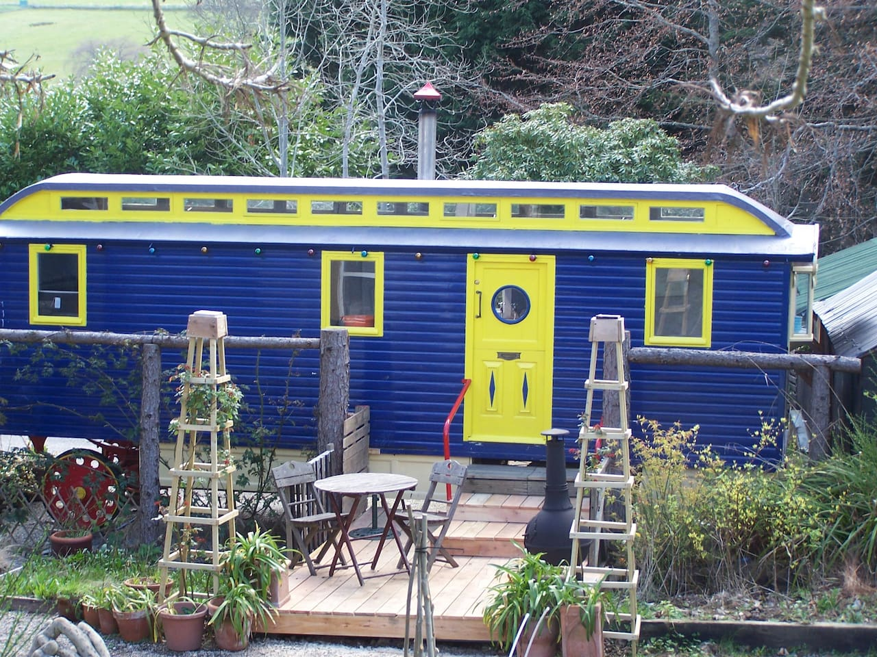 Lapiz is a restored, traditional 1920's Showmans Wagon. Fully self contained with a double bed, en-suite, kitchenette and lounge. Lapiz even has a decked patio for  evenings by the Chimnea.